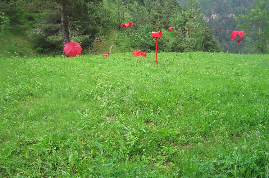 """WAYPOINT001, da A.W.PLACE - coordinate N44°29'45"""" E07°11'54"""" - azione 2010 - Dimensioni variabili - corda mollette, sgabello, cassetta postale, innaffiatoio, sandali, pala, ombrello, secchio, guanti, GPS, zaino."""