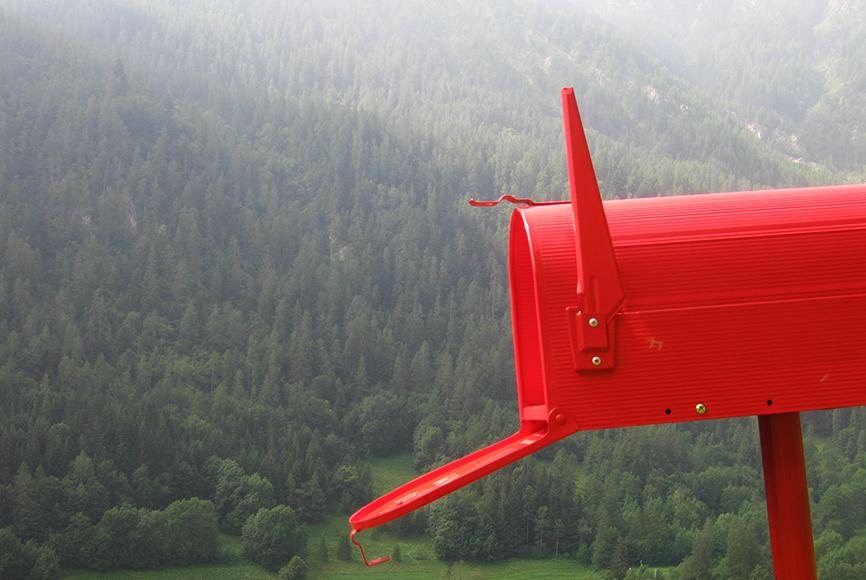 """WAYPOINT022, da A.W.PLACE - coordinate N44°27'33"""" E07°05'15"""" - azione 2010 - Dimensioni variabili - corda mollette, sgabello, cassetta postale, innaffiatoio, sandali, pala, ombrello, secchio, guanti, GPS, zaino."""