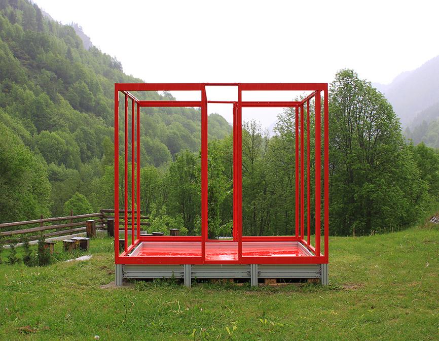 CON VISTA, da ROSSOCUBO - alta Valle Maira - azione 2011 - 260x260x260 cm - alluminio, stoffa, pallets, ETALBOND®, MAKROLON®, vetro, 3 cubi in DIBOND®, adesivi.